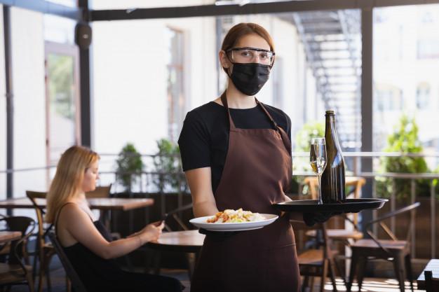camarera-trabaja-restaurante-mascara-medica-guantes-pandemia-coronavirus_155003-13983